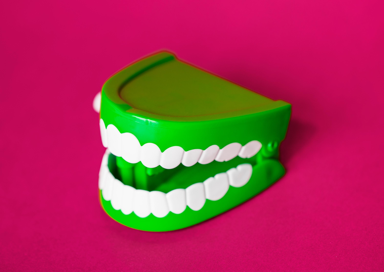 använda tandtråd för eller efter tandborstning